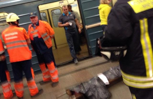 Мужчина упал под поезд в метро