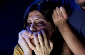 изнасиловал в собственной квартире
