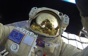 kosmonavt-volkov-sdelal-selfi-v-kosmose