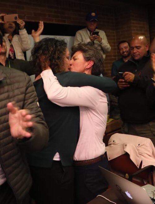 Клаудия Лопес и Анжелика Лозано празднуют победу